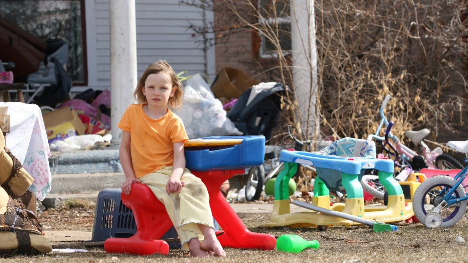 Little girl living in poverty © Brandy Taylor/Gety Images